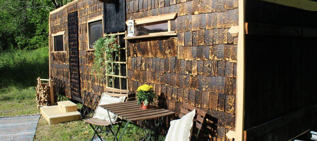 Alvarin sauna on rekaiden päälle rakennettu liikuteltava puusauna.