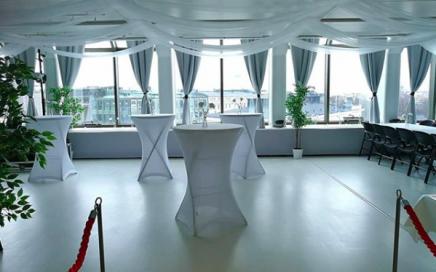 Juhlatila M6:en huputetut pystypöydät