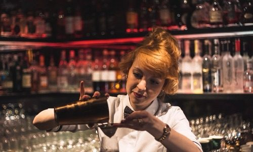 Juhliin on mahdollista tilata baarimikko tekemään juomia juhlavieraille