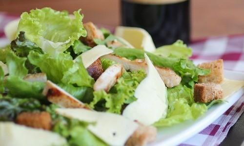 Caesarsalaattia ja paahdettua kananpojanrintaa