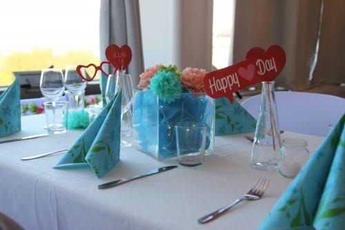 Värikkäät pöytäkoristeet häihin Juhlatila M6:lle